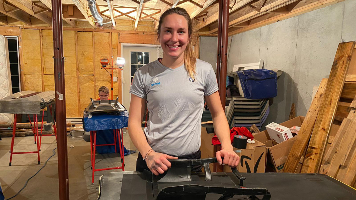 Skeletoni Jacqueline Lölling bei den letzten Vorbereitungen am Schlitten. (Foto: BSD)