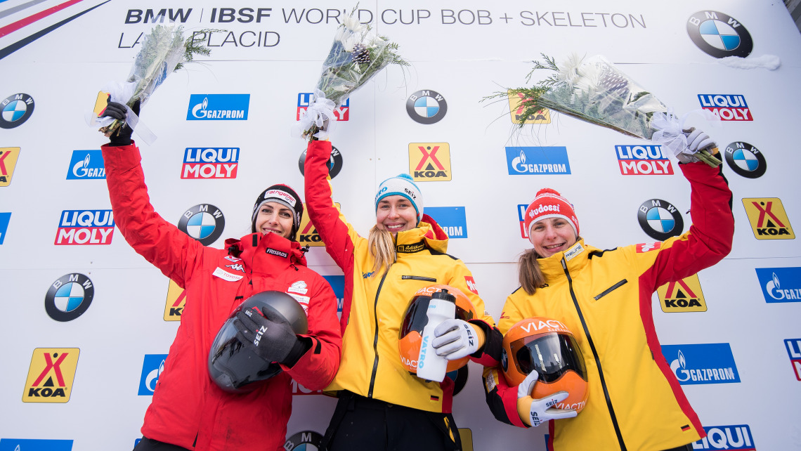 Die deutschen Skeletonis Jacqueline Lölling (Mitte) und Tina Hermann (rechts) belegten in Lake Placid Platz eins und drei. (Foto: Viesturs Lacis)
