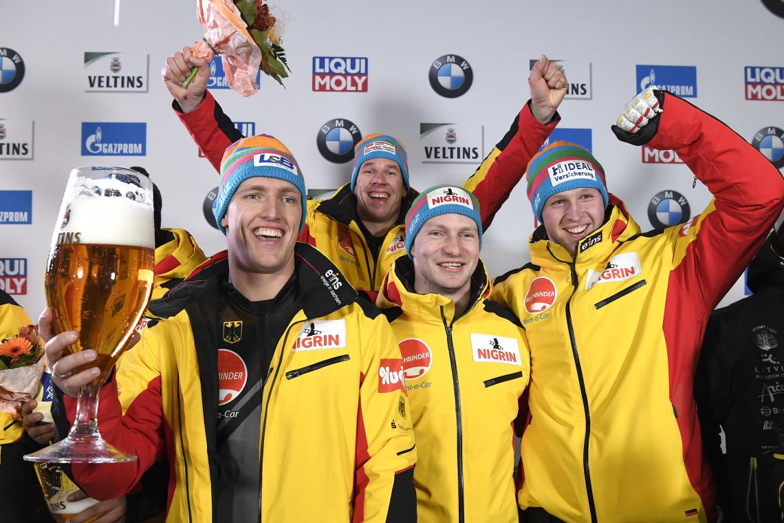 So sehen Sieger aus: Francesco Friedrich und sein Team beim deutschen Doppelsieg im 4er-Bob. Auf Platz 2: der Bob um Pilot Nico Walther. Prost! (Foto: Dietmar Reker)
