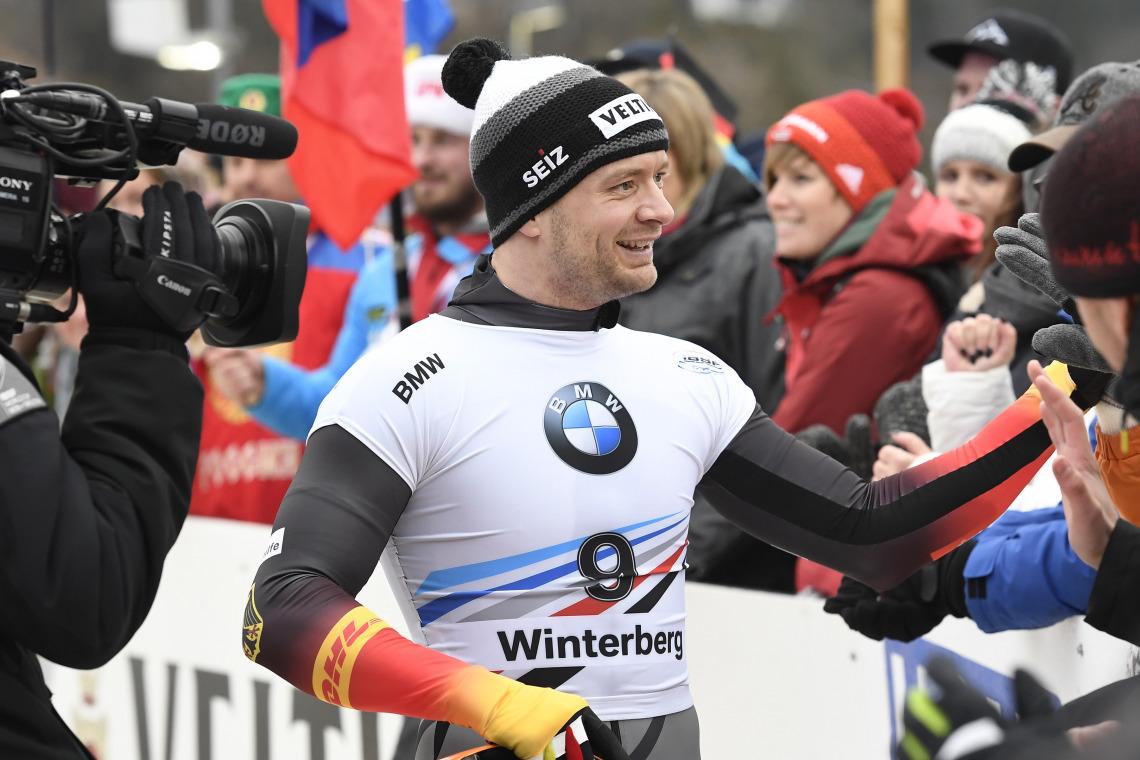 Shakehands mit den Fans: Skeletoni Alexander Gassner vom BSC Winterberg nutzte den Heimvorteil und verbesserte sich in einem perfekten Finish von Rang 4 noch auf einen starken zweiten Platz. (Foto: Dietmar Reker)