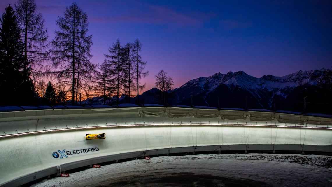 Abendstimmung an der Eisbahn in Innsbruck-Igls mit dem Bobteam Friedrich in der Kurve. (Foto: Viesturs Lacis)