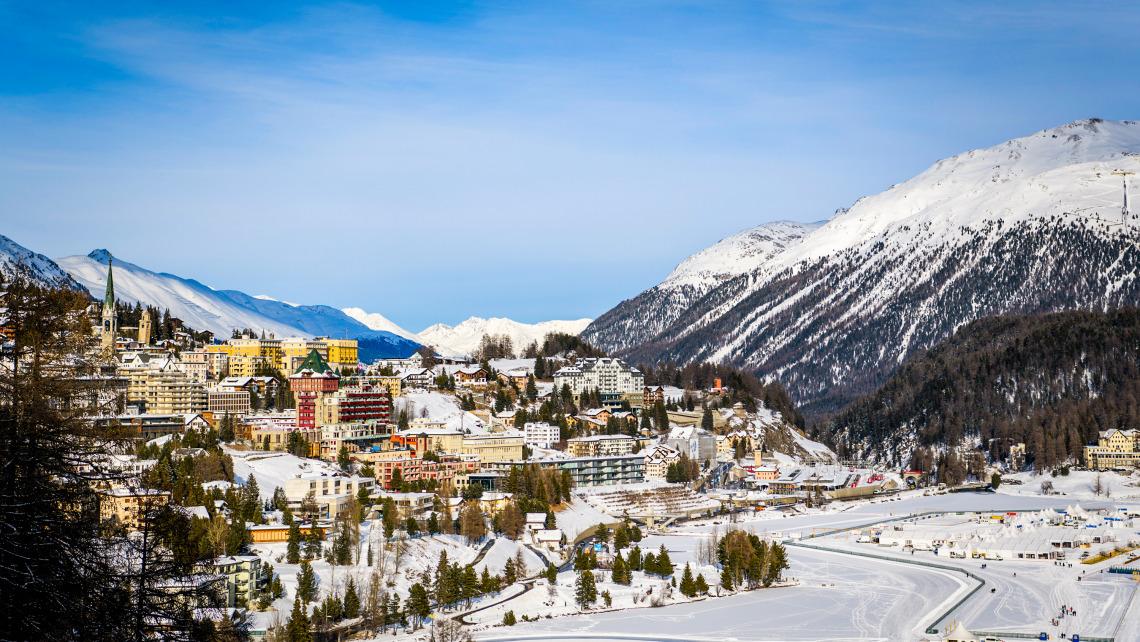 Kaiserwetter beim Bob- und Skeleton-Weltcup: blauer Himmel über dem verschneiten St. Moritz. (Foto: Viesturs Lacis)