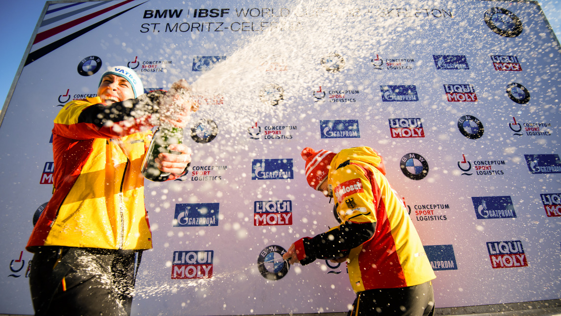 Doppelsieg für die deutschen Skeletonis: Tina Hermann (re.) feierte ihren allerersten Sieg in St. Moritz mit Jaqueline Lölling (li.), die sich Platz zwei holte. (Foto: Viesturs Lacis)