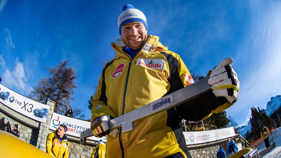 Johannes Lochner strahlt nach seinem souveränen Sieg im 2er-Bob in die Kamera. (Foto: Viesturs Lacis)