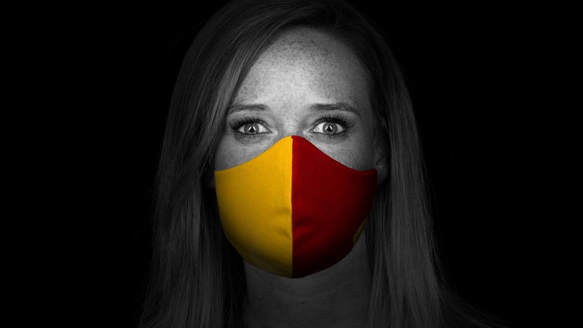 """<p class=""""quote"""">""""Ich bin Deutsche Post DHLer aus Leidenschaft. Ich bin stolz darauf, eine von 550.000 Mitarbeitern zu sein, die weltweit dafür Sorge tragen, dass alles da ist, wo es benötigt wird. Mein Motto ist: einfach machen. Das gilt selbstverständlich auch fürs Tragen einer Maske.""""<b class=""""quote-source"""">Lilian</b></p>"""