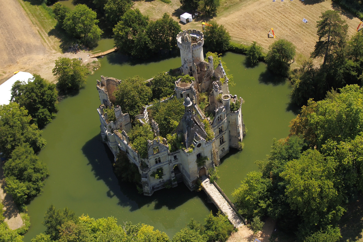 LA MOTHE CHANDENIERS CASTLE (FRANCE)