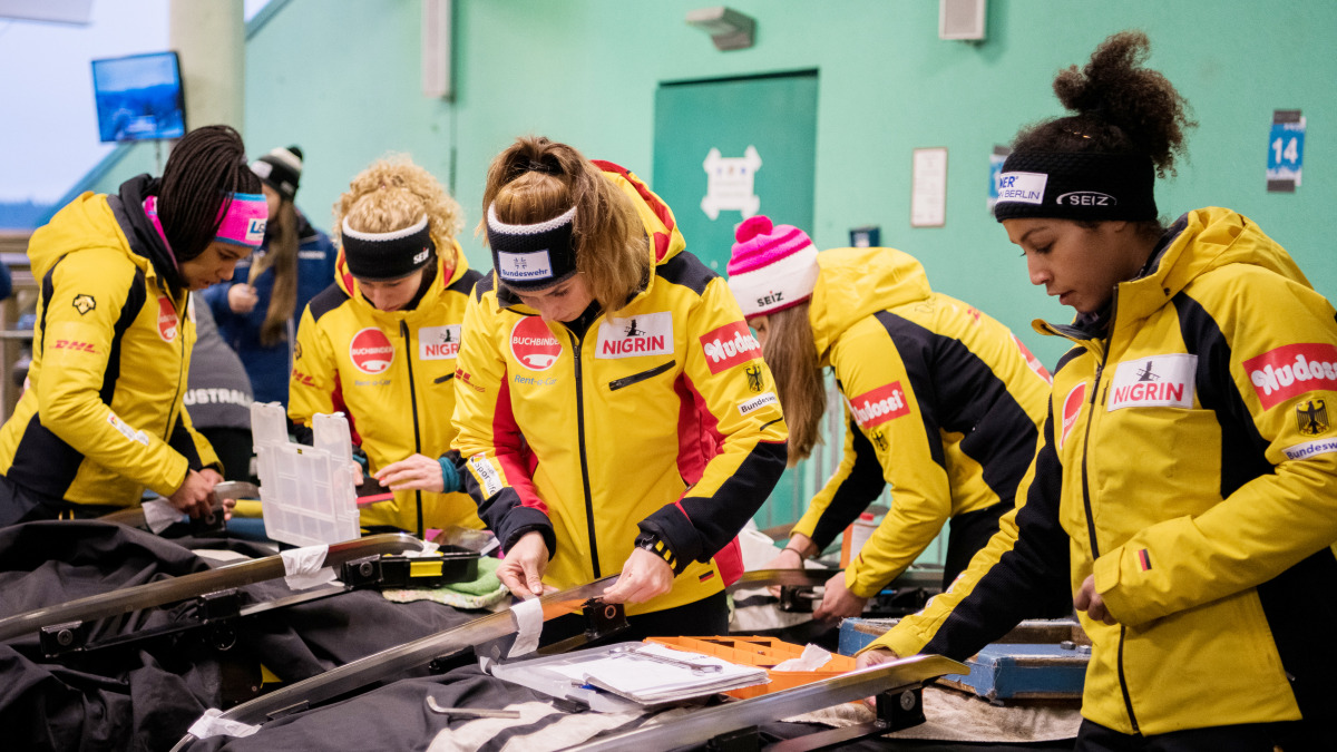 Teamwork, auch bei der Vorbereitung des Materials: die Damen unserer deutschen Bob-Nationalmannschaft. Rechts im Vordergrund: Weltmeisterin und Weltcup- sowie Olympiasiegerin Mariama Jamanka. (Foto: Viesturs Lacis)