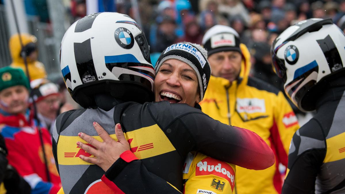 Viel Grund zum Lachen: Olympiasiegerin Mariama Jamanka wurde in Winterberg zwar nur Zweite im 2er-Bob, auf Platz 1 raste aber ihre BSD-Kollegin Stephanie Schneider. (Foto: Viesturs Lacis)