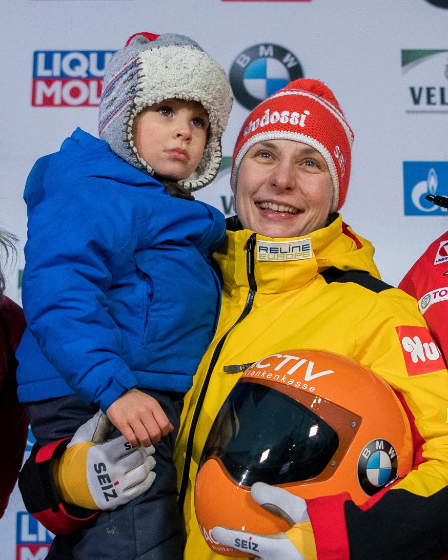 Freut sich über ihren Weltcup-Sieg in Winterberg mit ihren Liebsten: Tina Hermann. (Foto: Heike Gruner)