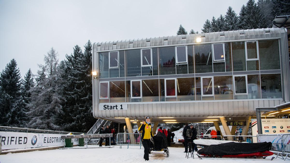 Auf dem winterlich verschneiten Platz am Start der Bobbahn in Innsbruck-Igls. (Foto: Viesturs Lacis)