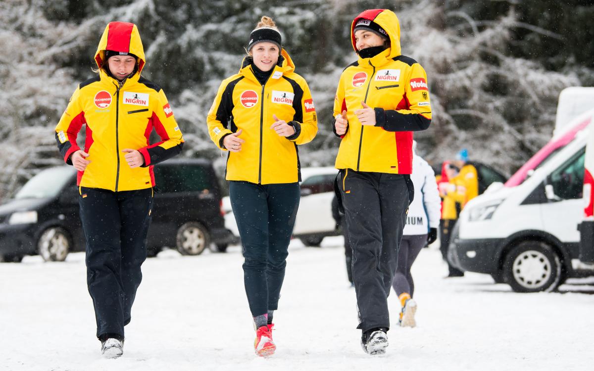 Die deutschen Weltcup-Athletinnen (Mi. Lisette Thöne, re. Leonie Fiebig) beim Joggen im verschneiten Innsbruck-Igls. (Foto: Viesturs Lacis)