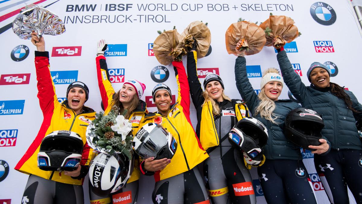 Deutscher Doppelsieg für die Bobfahrerinnen: die Teams von Laura Nolte (2. v. li.) und Mariama Jamanka (3. v. li.). (Foto: Viesturs Lacis)