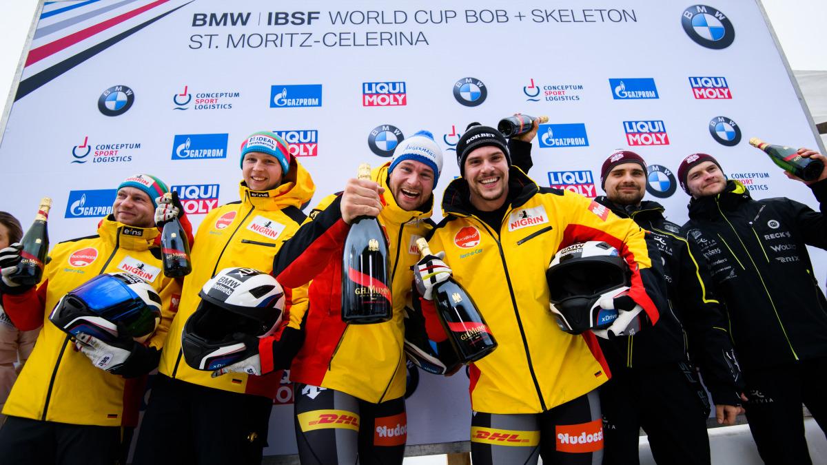 """Prost! – Die Freude der deutschen Bob-Athleten war groß: Team """"Hansi"""" Lochner (Mitte) holte beim 2er-Weltcup in St. Moritz Gold. Francesco Friedrich (li.) wurde Zweiter. (Foto: Viesturs Lacis)"""