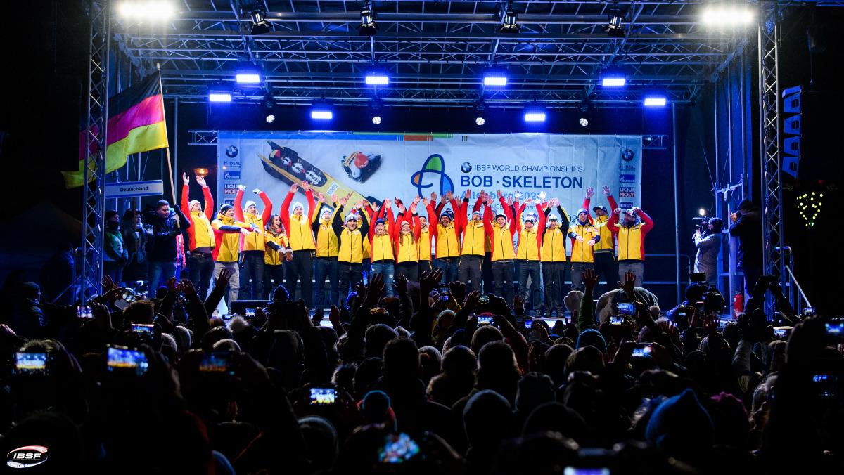 Hoch die Hände, WM-Wochenende! Bei der Eröffnungsfeier zeigt die deutsche Nationalmannschaft ihre Einheit und feiert den Start in die Weltmeisterschaften 2020 in Altenberg.