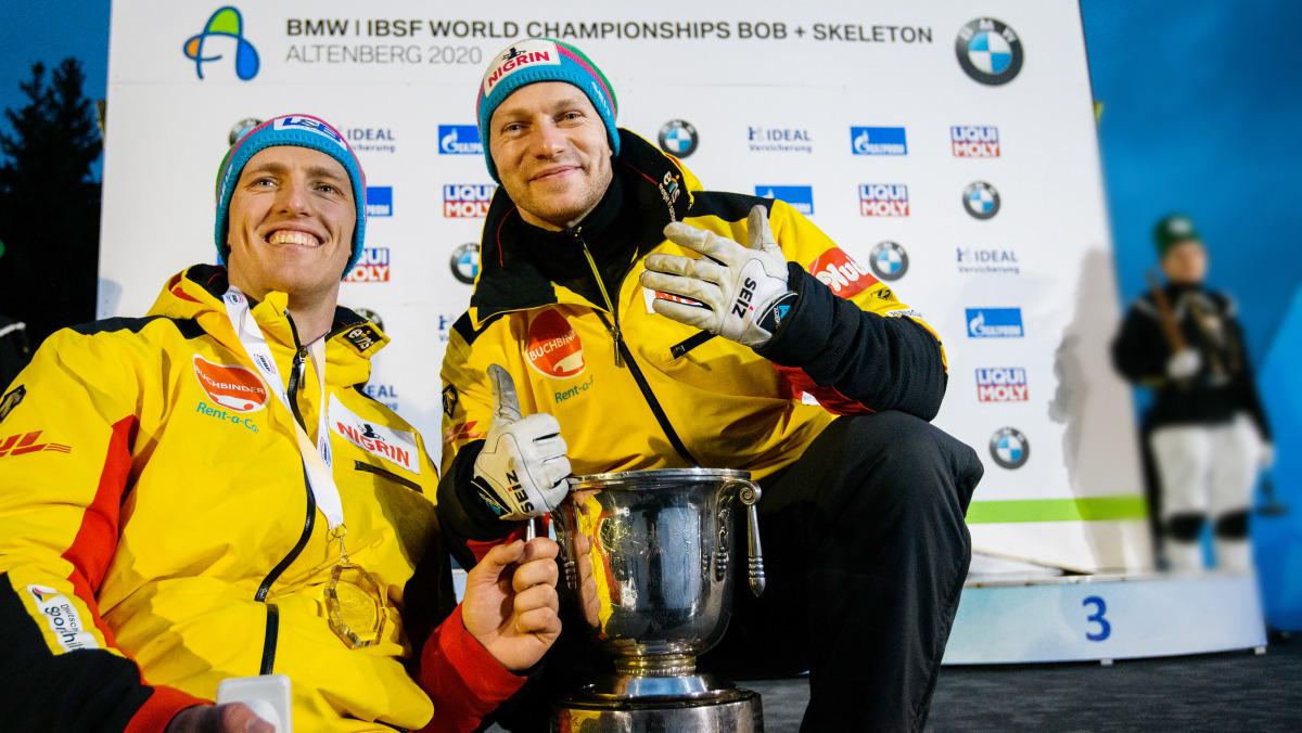 Olympiasieger Francesco Friedrich (re.) und Anschieber Thorsten Margis freuen sich über Gold und somit den Siegerpokal der WM 2020 im 2er-Bobrennen. (Foto: Viesturs Lacis)