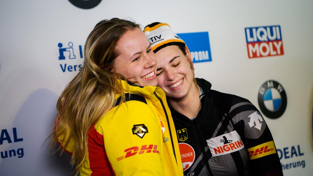 Zufrieden: Für die 22-jährige Junioren-Weltmeisterin Kim Kalicki (re.) und ihre Anschieberin Kira Lipperheide gibt es WM-Silber. (Foto: Viesturs Lacis)