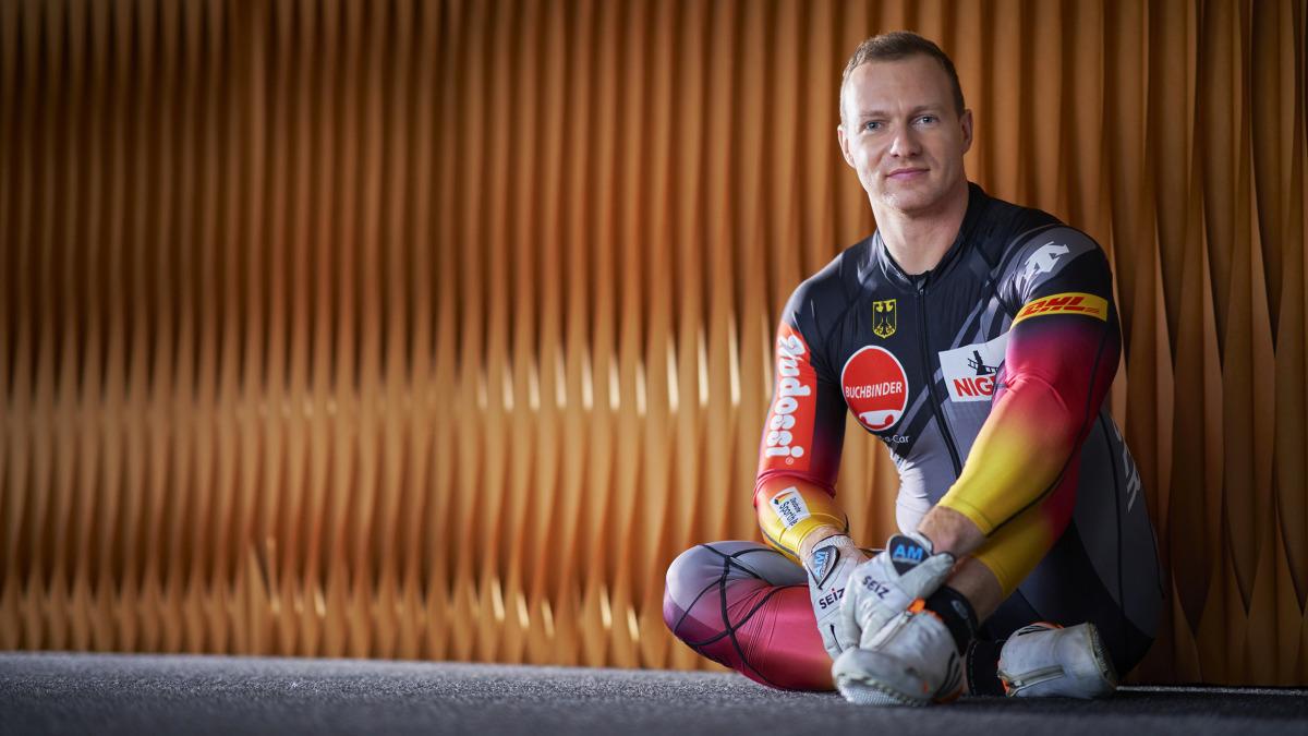 Das neue DHL-Outfit passt Francesco Friedrich wie angegossen