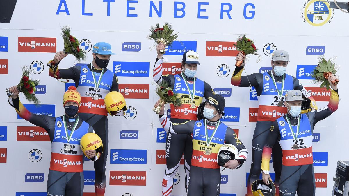 Siegerehrung im Doppelsitzer: Mit Eggert/Benecken (links) und Wendl/Arlt (rechts) stehen gleich zwei deutsche Teams auf dem Altenberger Podest. (Foto: Dietmar Reker)