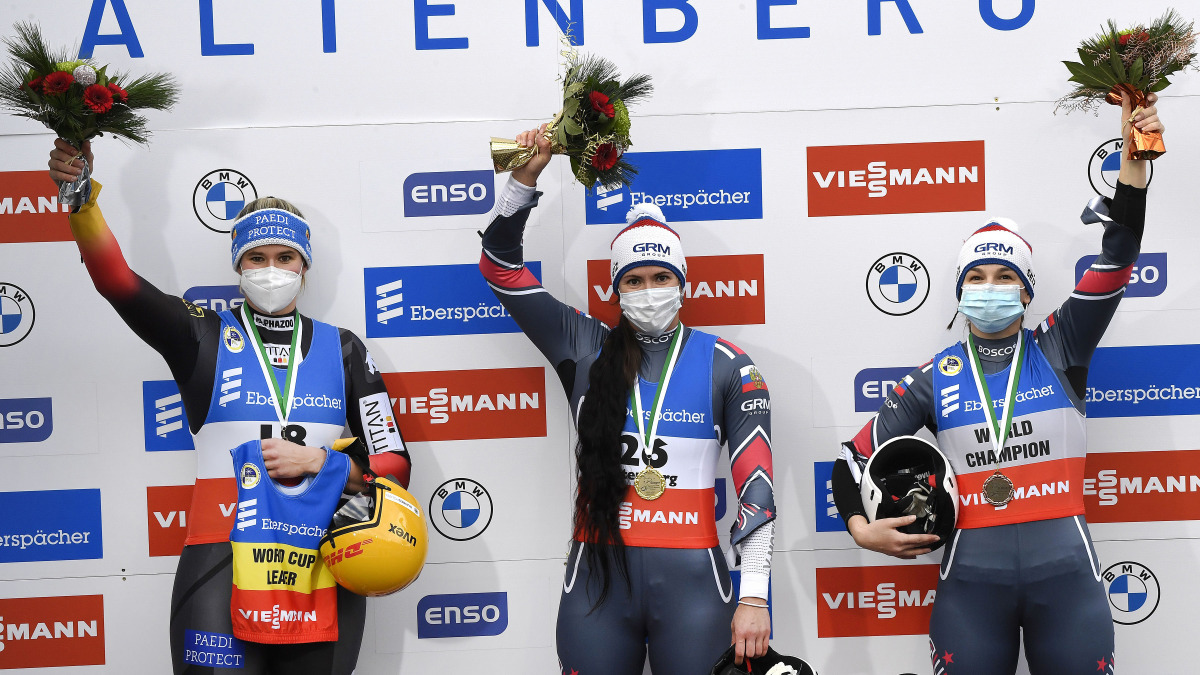 Rennrodlerin Natalie Geisenberger mit ihrem DHL gelben Helm (links) bei der Siegerehrung in Altenberg. Sie holte sich Platz 2. (Foto: Dietmar Reker)