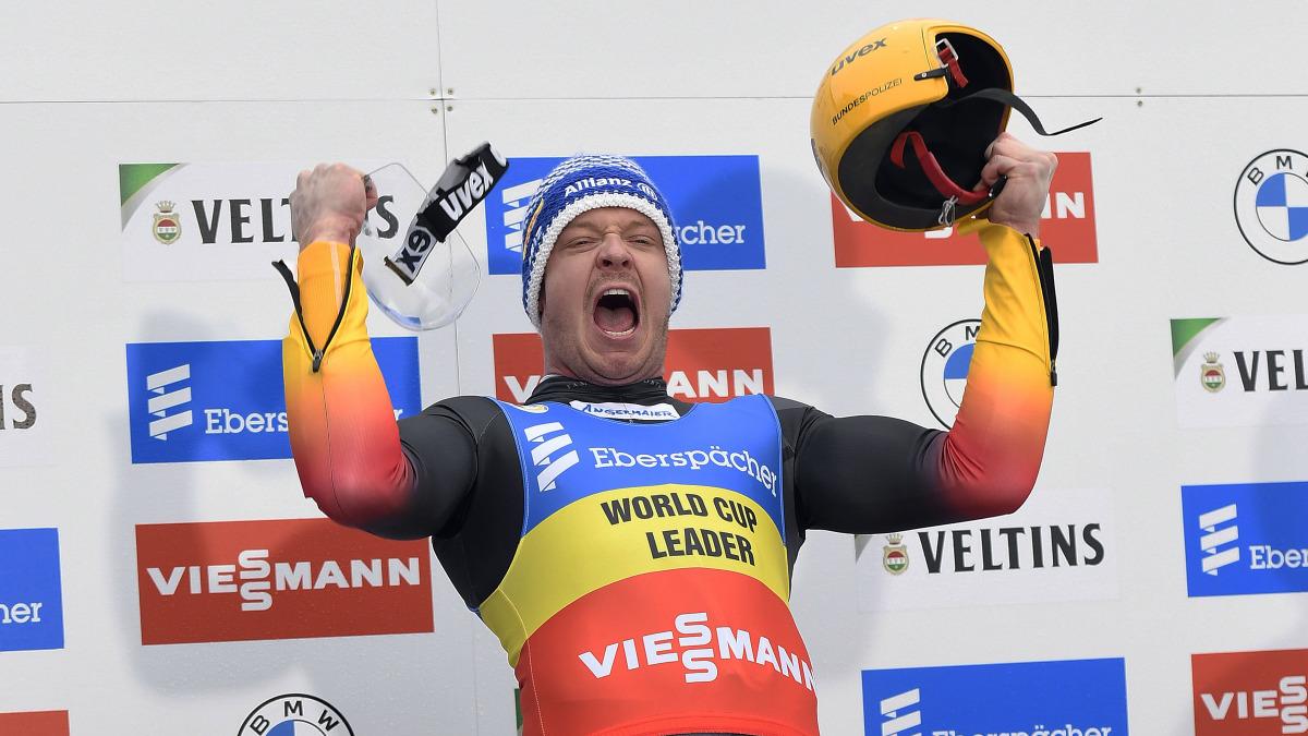 """Der fünfte Sieg im fünften Rennen: Ein Traumlauf durch den nebligen Eiskanal brachte Felix Loch im Einzel der Männer strahlend aufs oberste Siegertreppchen. Er findet's """"einfach gigantisch."""" (Foto: Dietmar Reker)"""