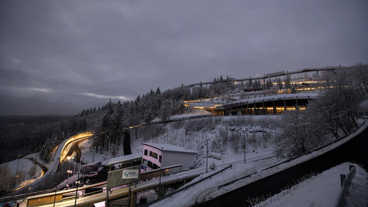Am Abend wunderschön beleuchtet: In der Winterberger VELTINS EisArena fanden der Bob- und Skeleton-Weltcup sowie die EM 2021 statt. (Foto: Viesturs Lacis)