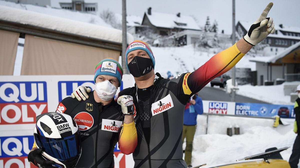 Sie jubeln mit Maske: Francesco Friedrich (links) und Thorsten Margis siegten im Zweierbob. Dafür gab es in Winterberg Weltcup- und EM-Gold. (Foto: Dietmar Reker)