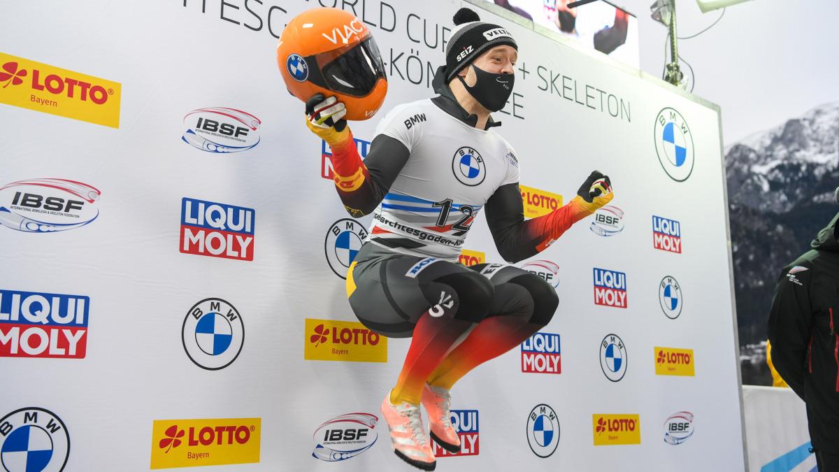 Eine souveräne Fahrt bringt für Alexander Gassner den zweiten Weltcupsieg in Folge in dieser Saison: Da springt er vor Freude in die Luft (Foto: Viesturs Lacis).