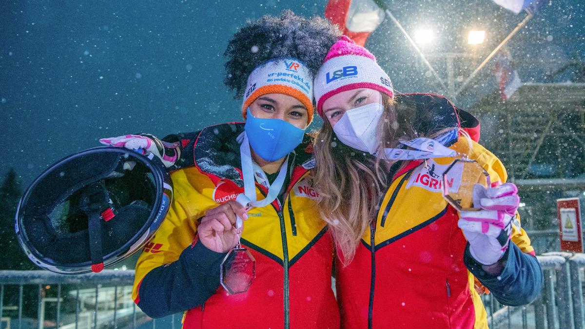 Freude über die erste WM-Medaille: Anschieberin Deborah Levi (links) und Bobpilotin Laura Nolte holten Bronze. (Foto: Viesturs Lacis)