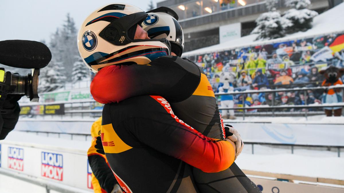 Freudige Umarmung: Mit satten zwei Sekunden Vorsprung fuhr das Bobteam Friedrich/Schüller bei der Zweierbob-WM ins Ziel. (Foto: Viesturs Lacis)