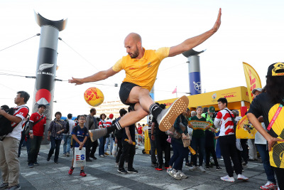 Rugby freestyler Daniel Cutting performed his amazing ball tricks for the crowds.