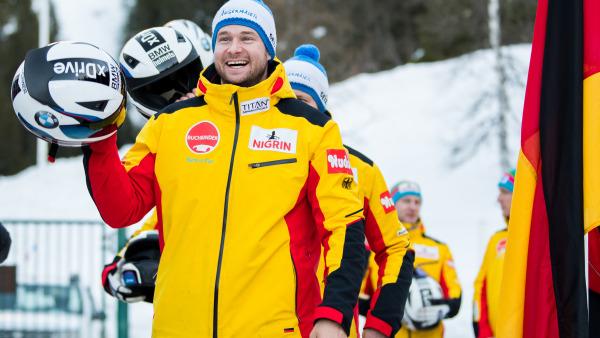 """Auf dem Weg zur Siegerehrung strahlt """"Hansi"""" Lochner über das ganze Gesicht: Sein 4er-Team holte sich den zweiten Podestplatz. (Foto: Viesturs Lacis)"""