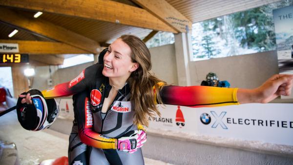 Zweiter Weltcup, erster Sieg – und riesengroße Freude: Bob-Pilotin Laura Nolte, die erst letzte Woche ihr Weltcup-Debüt gegeben hat, gewinnt in La Plagne. (Foto: Viesturs Lacis)