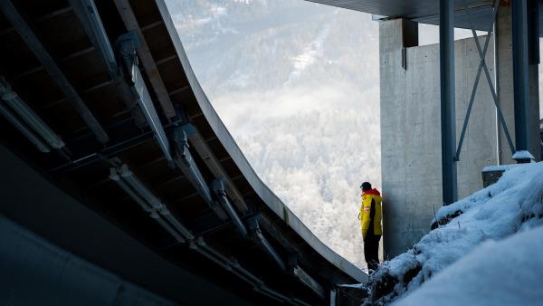 An der Eisbahn in Königssee: Eine etwas andere Perspektive eröffnet sich für diesen Athleten. (Foto: Viesturs Lacis)