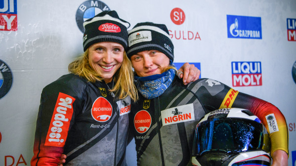Die Bobpilotin Stephanie Schneider (re.) und ihre Anschieberin Lisette Thöne freuen sich beim Weltcup-Finale in Sigulda über Bronze. (Foto: Viesturs Lacis)