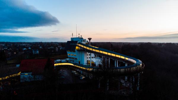 Stimmungsvoller Blick auf die hell erleuchtete Rennbahn im lettischen Sigulda bei Dämmerung. (Foto: Viesturs Lacis)