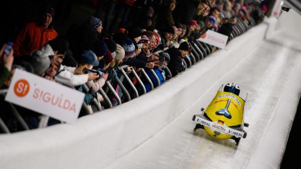 Spannung pur beim Weltcup in Sigulda: Zahlreiche Fans säumen die Eisbahn, während das Bobteam von Stephanie Schneider vorbeirast. (Foto: Viesturs Lacis)