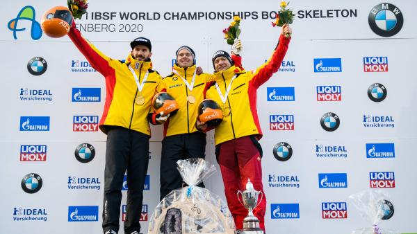 Komplett deutsches Siegertreppchen: Skeletoni Christopher Grotheer (Mitte) gewann zum ersten Mal WM-Gold, gefolgt von Local Hero Axel Jungk (li.) und Alexander Gassner. (Foto: Viesturs Lacis)