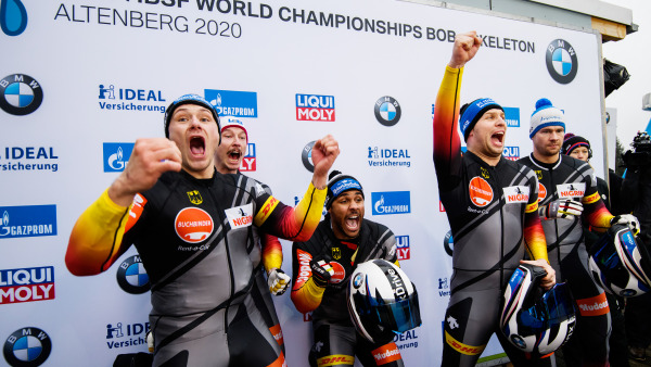 Paul Krenz, Joshua Bluhm, Eric Franke und Pilot Nico Walther (v. li.) jubeln: Das 4er-Bobteam erzielt Bronze. (Foto: Viesturs Lacis)