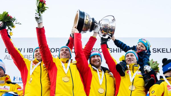 Weltmeister im 4er-Bob: Das Team von Francesco Friedrich (re. mit seinem Sohn auf den Schultern) stemmt strahlend den Pokal in die Höhe. (Foto: Viesturs Lacis)