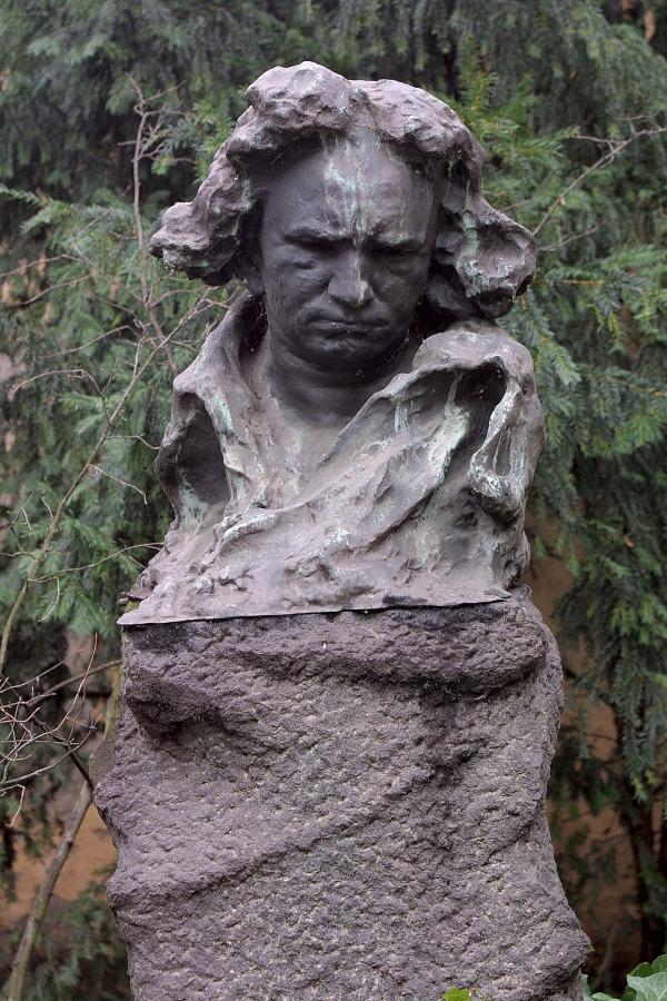 Beethoven-Denkmal im Garten des Bonner Beethoven-Hauses – Bronzeguß nach einem Gipsmodell von Naoum Aronson