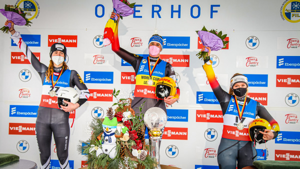 Über den ersten Podestplatz der Saison durfte sich dank zweier Spitzen-Läufe außerdem Anna Berreiter (rechts) aus Bischofswiesen freuen. Auf dem Silber-Rang: Madeleine Egle aus Österreich. (Foto: ManLV).