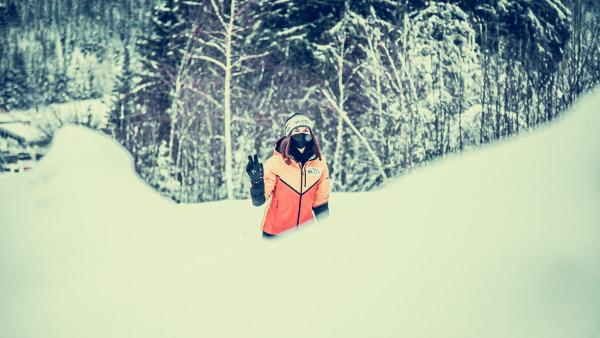So geht Winter: Julia Taubitz steckt bei diesem Foto, das unsere Backstage-Fotografen am vergangenen Weltcup-Wochenende im thüringischen Oberhof während der Trainingsläufe knipsten, bis zur Hüfte im Schnee. (Foto: ManLV)