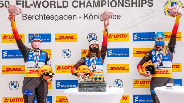Historischer Triumph im Einzel: Weltmeisterin Julia Taubitz (Mitte) vor Natalie Geisenberger (l.) und Dajana Eitberger. (Foto: BSD)