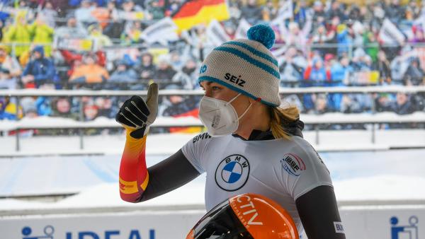 Daumen hoch, aber doch ein bisschen enttäuscht: Jacqueline Lölling schrammte nur knapp an einer Wiederholung ihres WM-Triumphs 2017 vorbei. (Foto: Viesturs Lacis)
