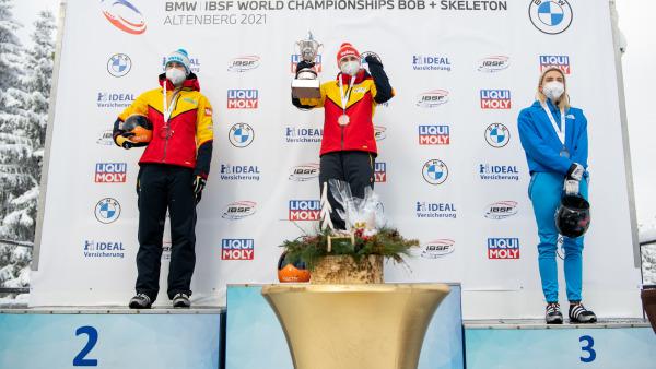 Und so freuten sich am Ende auf dem Podest (v.l.n.r.): Jacqueline Lölling (2.), die alte und neue Skeleton-Weltmeisterin Tina Hermann (1.) und Elena Nikitina (3.). (Foto: Viesturs Lacis)