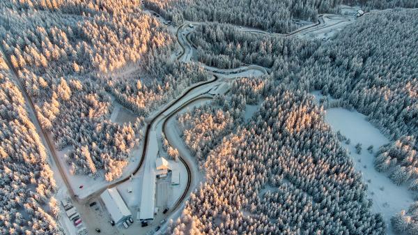 Ein kalter Traum in Weiß: Der Eiskanal in Altenberg während der Bob- und Skeleton-Wettbewerbe am zweiten WM-Wochenende. (Foto: Viesturs Lacis)