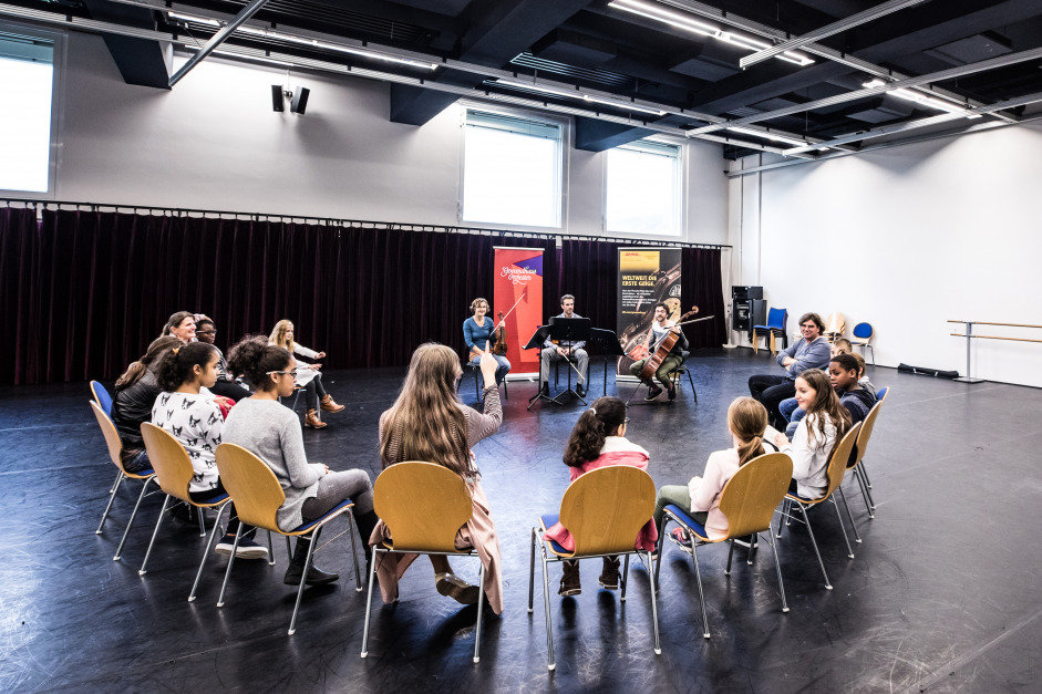 Three musicians of the Gewandhausorchester meet with students from a secondary school in Baden-Baden
